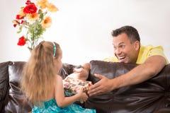 Gelukkige familie die pret hebben en giften geven Royalty-vrije Stock Foto