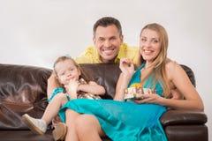 Gelukkige familie die pret hebben en giften geven Royalty-vrije Stock Afbeeldingen