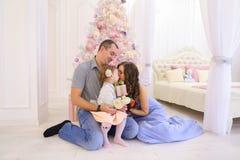 Gelukkige familie die pret hebben en samen in ruime bedroo lachen Royalty-vrije Stock Foto's