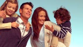 Gelukkige familie die pret heeft stock video