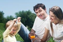Gelukkige familie die pret heeft in openlucht Stock Afbeelding