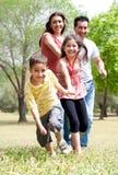 Gelukkige familie die pret in het park heeft Stock Afbeeldingen