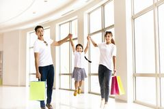 Gelukkige familie die pret in het winkelcomplex hebben royalty-vrije stock afbeeldingen