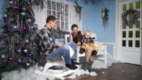 Gelukkige familie die pret met de baby in het de winterlandschap hebben stock videobeelden