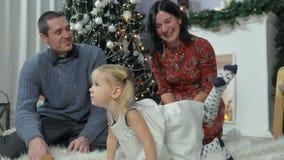 Gelukkige familie die pret met een kind hebben stock video