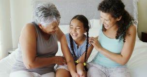 Gelukkige familie die pret op bed in bedruimte 4k hebben stock video