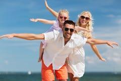 Gelukkige familie die pret op de zomerstrand hebben stock fotografie