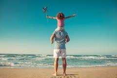 Gelukkige familie die pret op de zomervakantie hebben royalty-vrije stock fotografie
