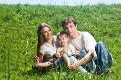Gelukkige familie die pret in openlucht in de lentepark heeft Stock Afbeeldingen