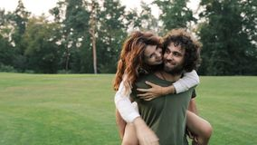 Gelukkige familie die pret in openlucht in het park hebben stock videobeelden