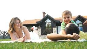 Gelukkige familie die pret in openlucht op een zonnige dag hebben stock video