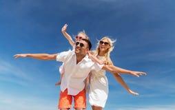 Gelukkige familie die pret over blauwe hemelachtergrond hebben stock foto's