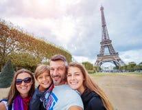 Gelukkige familie die pret samen in Parijs hebben dichtbij de toren van Eiffel royalty-vrije stock fotografie