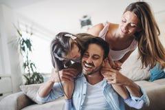 Gelukkige familie die prettijd hebben thuis stock afbeeldingen