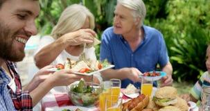 Gelukkige familie die samen eten stock footage