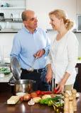 Gelukkige familie die samen kookt Stock Foto