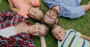 Gelukkige familie die samen liggen stock video