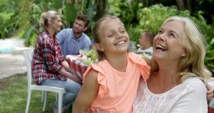 Gelukkige familie die samen spreken stock videobeelden