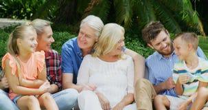 Gelukkige familie die samen stelt stock footage