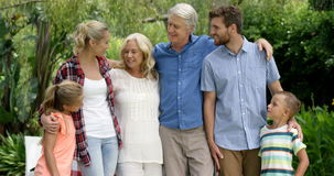 Gelukkige familie die samen stelt vector illustratie