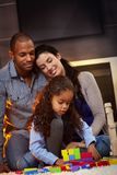 Gelukkige familie die samen thuis glimlacht Stock Foto