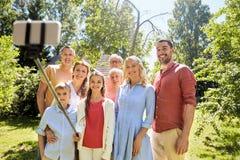 Gelukkige familie die selfie in de zomertuin nemen royalty-vrije stock foto's