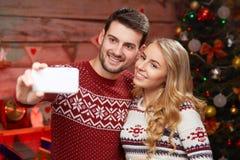 Gelukkige familie die selfie met smartphone thuis nemen royalty-vrije stock foto's