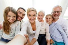 Gelukkige familie die selfie thuis maken Royalty-vrije Stock Fotografie
