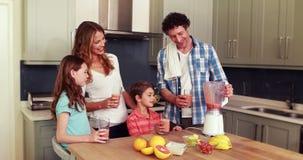 Gelukkige familie die smoothie hebben stock videobeelden