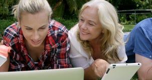 Gelukkige familie die technologie gebruiken stock videobeelden