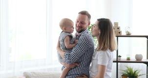 Gelukkige familie die thuis dansen stock videobeelden