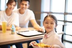 Gelukkige familie die van diner in restaurant genieten stock fotografie