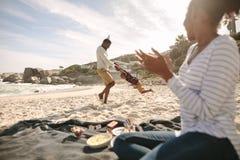 Gelukkige familie die van genieten op het strand stock foto