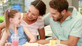 Gelukkige familie die van lunch in een restaurant genieten stock video