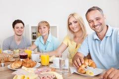 Gelukkige familie die van ontbijt geniet Stock Foto's
