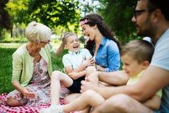 Gelukkige familie die van picknick in aard genieten bij de zomer royalty-vrije stock afbeeldingen