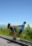 Gelukkige familie die van tijd samen bovenop de berg genieten Royalty-vrije Stock Afbeeldingen
