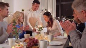 Gelukkige familie die verjaardagspartij hebben thuis stock video