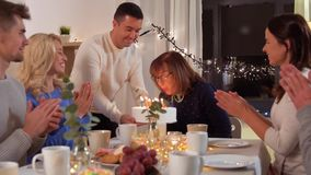 Gelukkige familie die verjaardagspartij hebben thuis stock footage