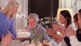 Gelukkige familie die verjaardagspartij hebben thuis stock videobeelden
