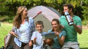 Gelukkige familie die voor de tent dansen stock videobeelden