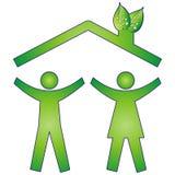Gelukkige familie in ecohuis Stock Afbeelding