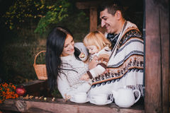 Gelukkige familie in een breigoed het drinken thee in het meest aforest Stock Afbeelding