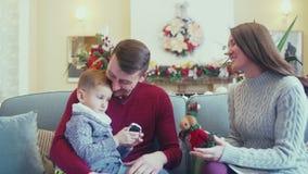Gelukkige familie in een Kerstmisbinnenland Het spelen van het mamma met baby stock videobeelden
