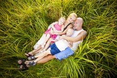 Gelukkige familie in een park stock afbeeldingen