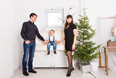 Gelukkige familie en Kerstboom Vader, moeder en zoon Leuk kind kid royalty-vrije stock fotografie
