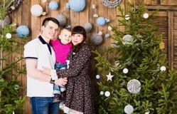 Gelukkige familie en Kerstboom Vader, moeder en zoon Leuk kind kid stock afbeelding