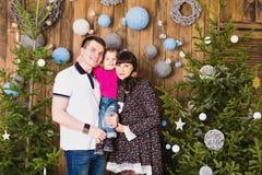 Gelukkige familie en Kerstboom Vader, moeder en zoon Leuk kind kid royalty-vrije stock foto's