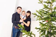 Gelukkige familie en Kerstboom Vader, moeder en zoon Leuk kind kid stock foto