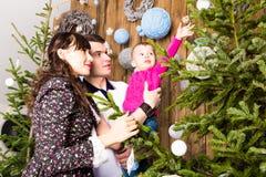 Gelukkige familie en Kerstboom Vader, moeder en zoon Leuk kind kid royalty-vrije stock afbeeldingen